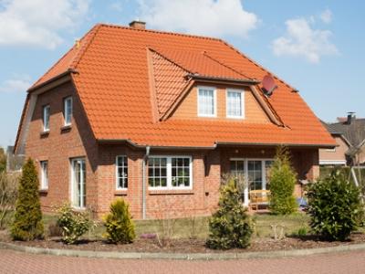 Einfamilienhaus bei Sonnenschein